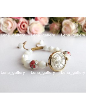دستبند نماد خردادماه با سنگ های سفيد صدفی